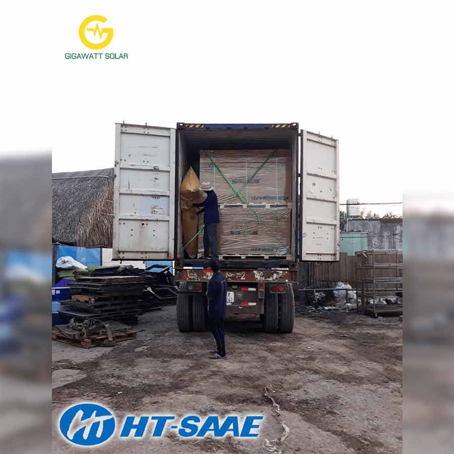 CONTAINER PIN MẶT TRỜI HT-SAAE POLY HALFCUT CELL PERC 340Wp được đưa ra vị trí thi công của khasfch hàng tại TP Hồ Chí Minh