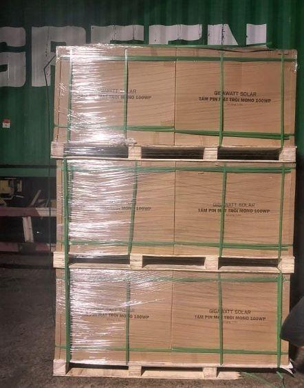 Tấm pin mặt trời GW M100 được đóng gói cẩn thận trên pallet gỗ, phù hợp vận chuyển đường xa